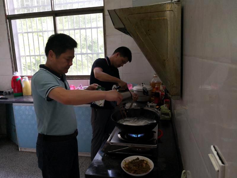 驻村工作队在做早餐