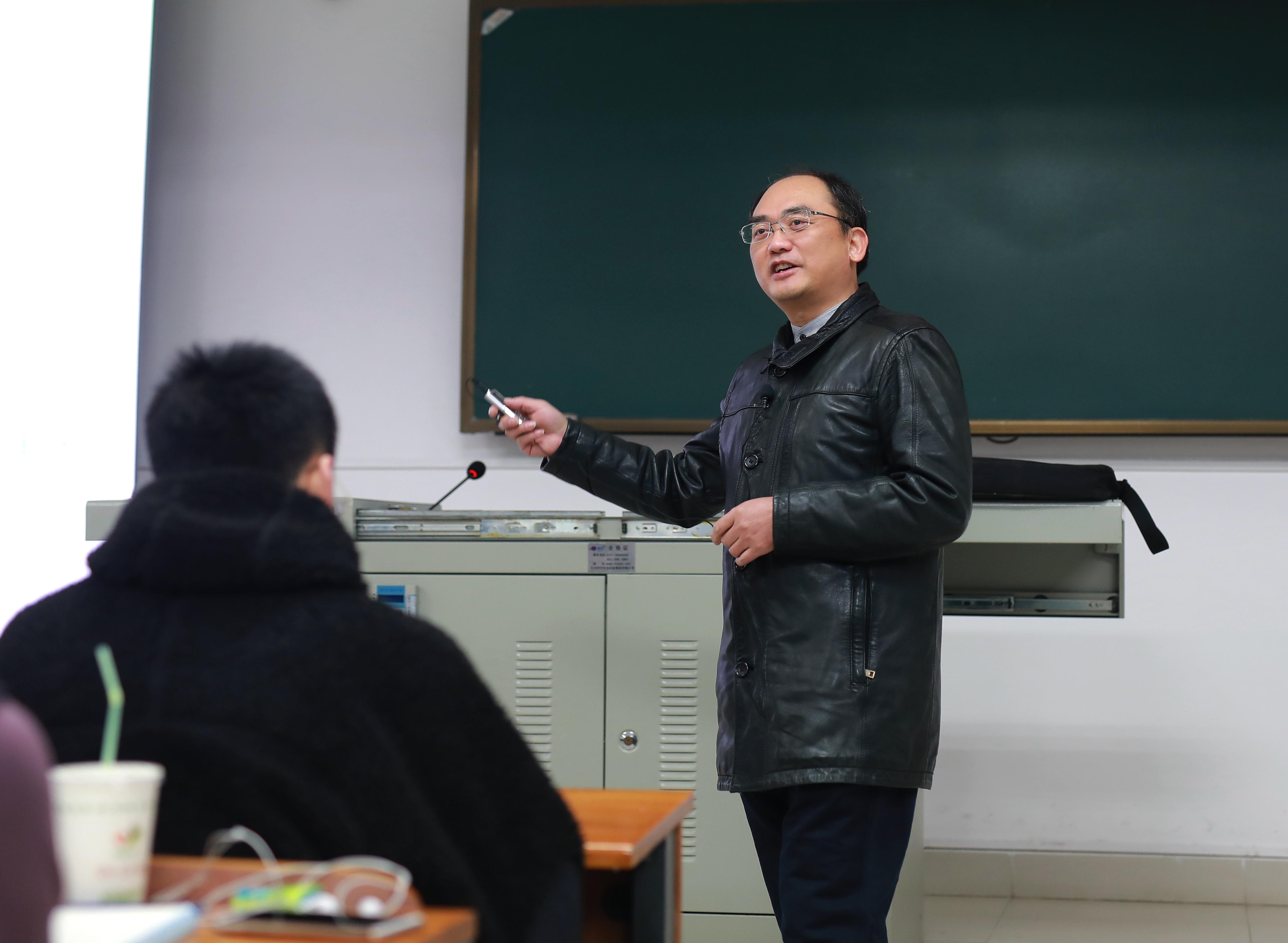 孙明老为同学们讲授《基因操作原理》课 (龚时峰 摄)
