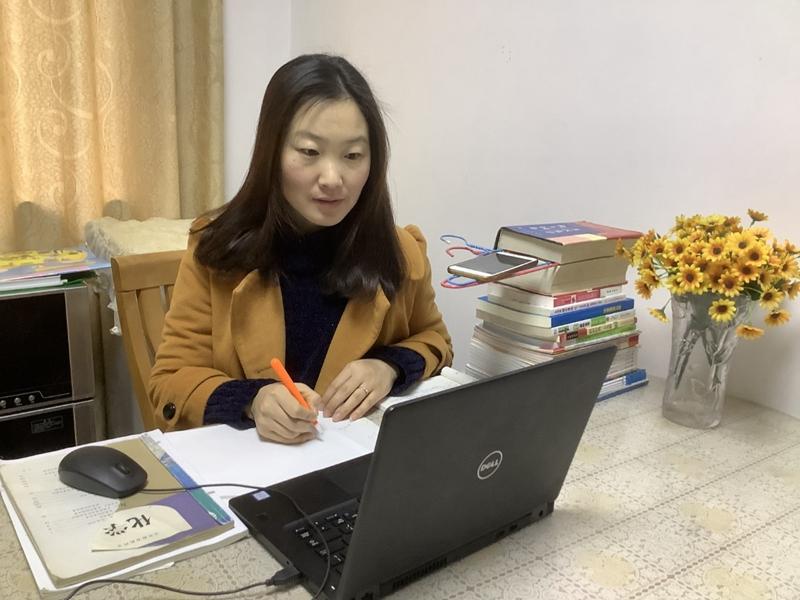 麻灿正在给学生上课