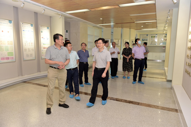 郄英才一行考察作物遗传改良国家重点实验室(记者 刘涛 摄)