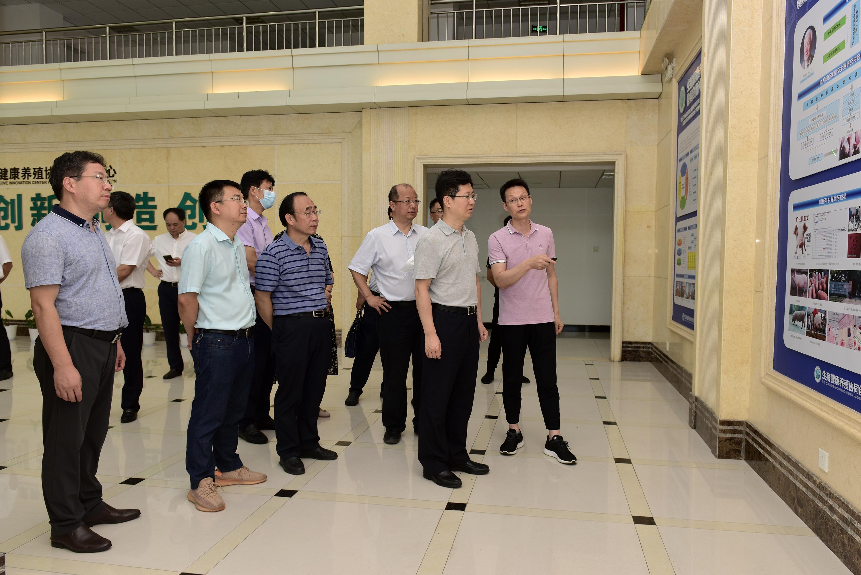 郄英才一行考察生猪健康养殖协同创新中心(记者 刘涛 摄)