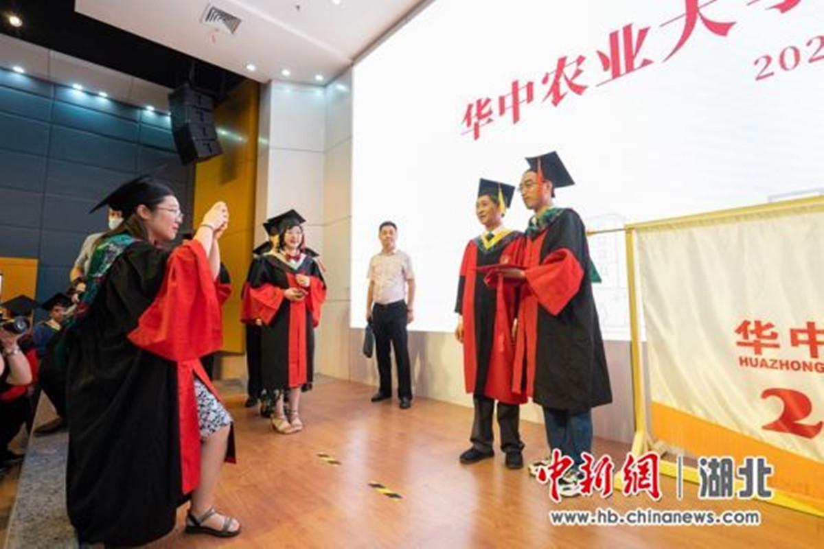 <p>学生与校党委书记高翅合影 刘博文 摄</p>