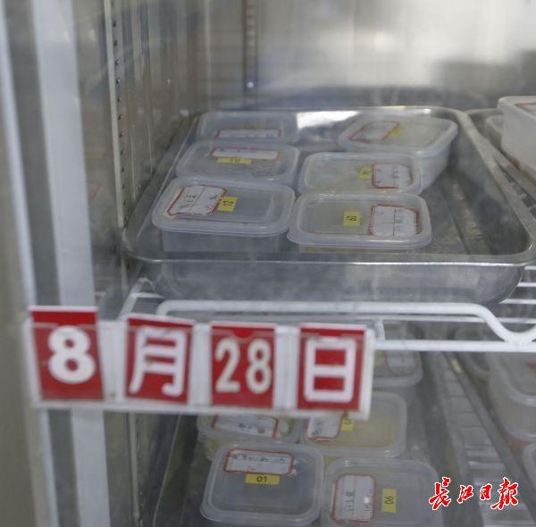 早、中、晚三次对食物抽样留存和做记录,留存食物样本保存三天 。