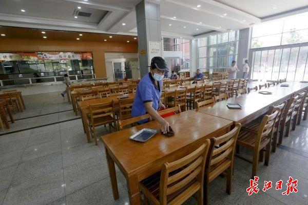 餐厅11名保洁人员每天三次对店面和周围环境进行消杀 。