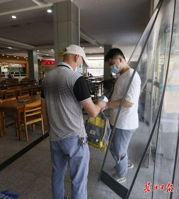 餐厅工作人员每天对就餐人员测量体温 。