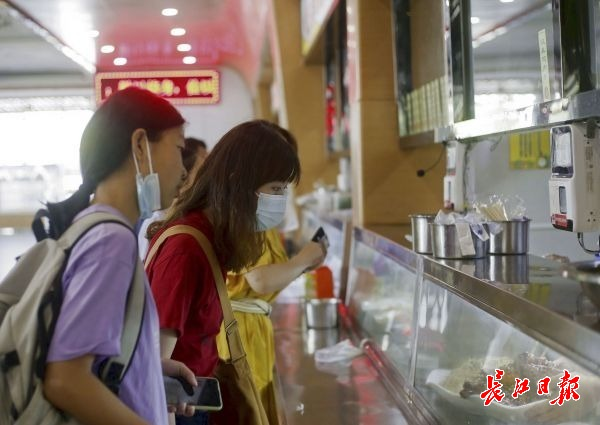 餐厅午餐提供60多个品种菜品和主食 。