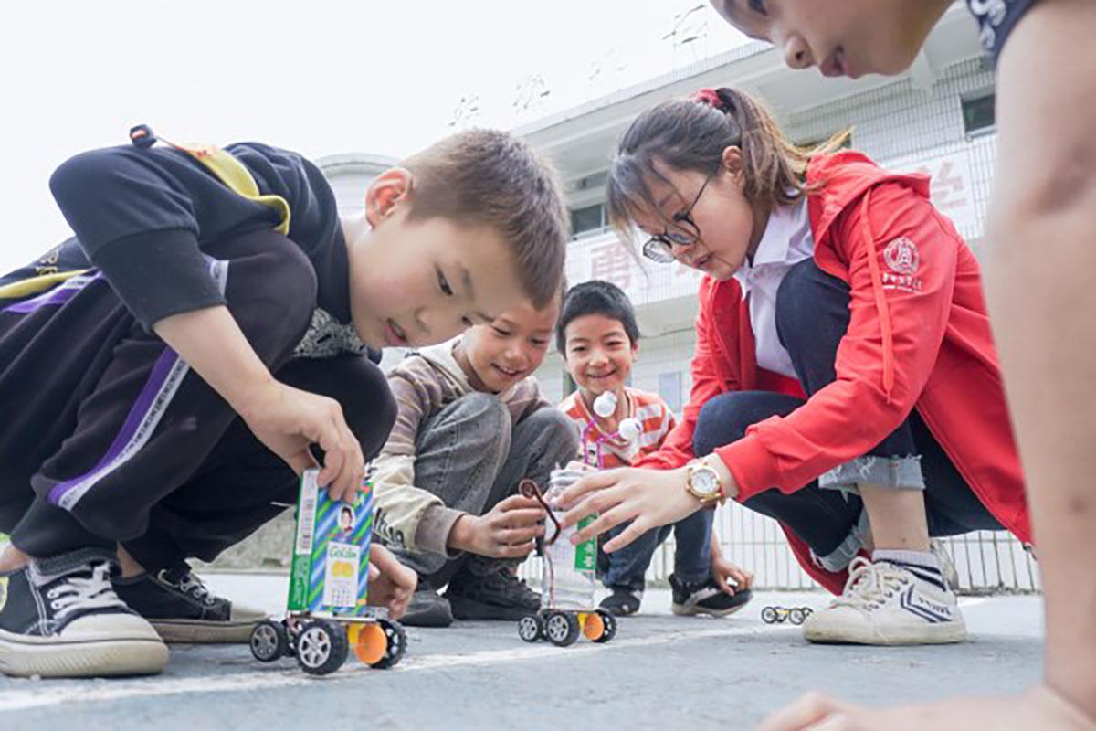 志愿者带领孩子们进行机器人小实验(供图 周子恒)