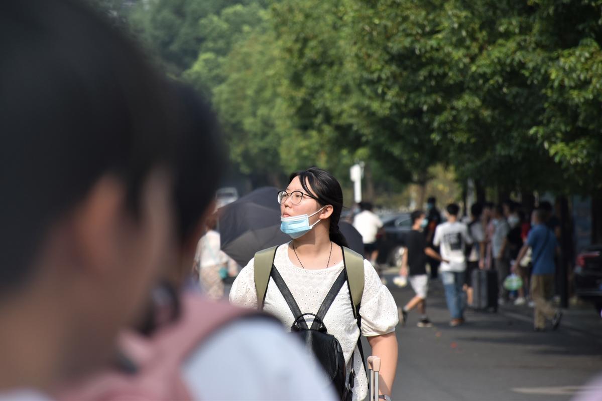 刚刚到校的新生【学通社记者 徐聿卓 摄】