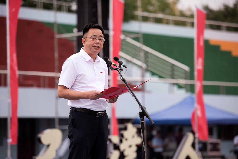副校长青平主持本科生开学典礼(刘涛 摄)