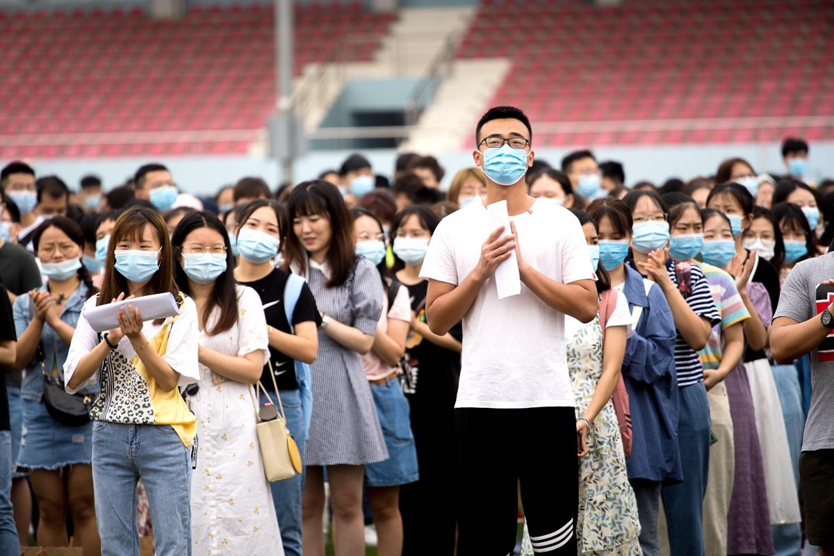 研究生新生正在鼓掌【学通社记者 刘博文 摄】_副本
