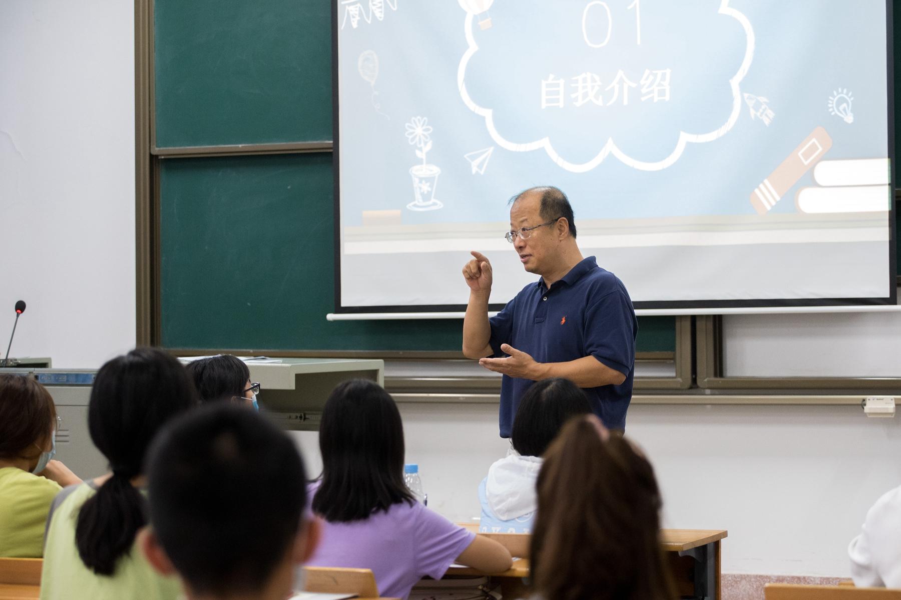 校长李召虎正在生科2002班第一次班会上讲话【学通社记者 刘博文 摄】 (2)