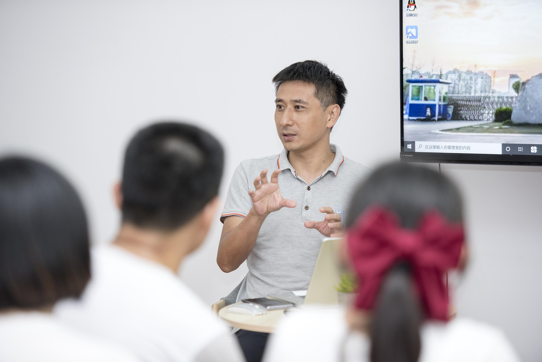 曹罡与同学们交流