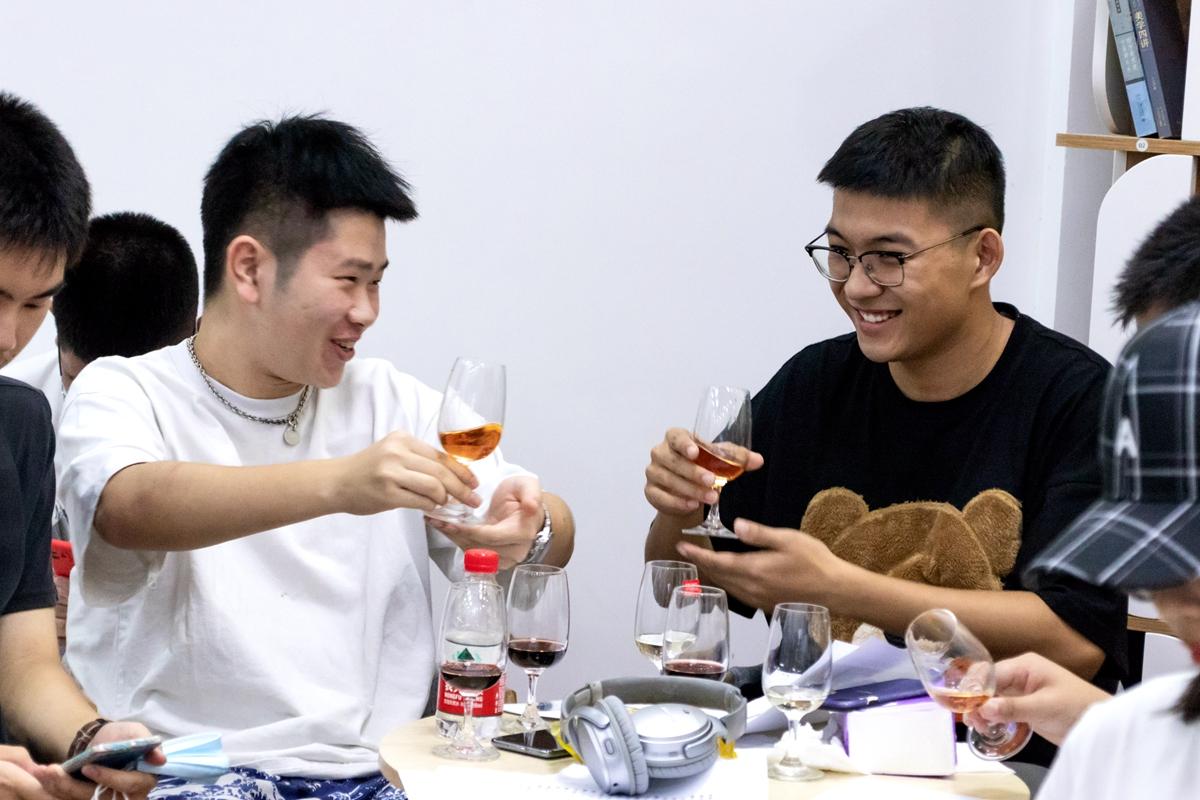 前来参加活动的两位视传2001班的同学举起酒杯碰杯【学通社记者 周丹丹 摄】_副本
