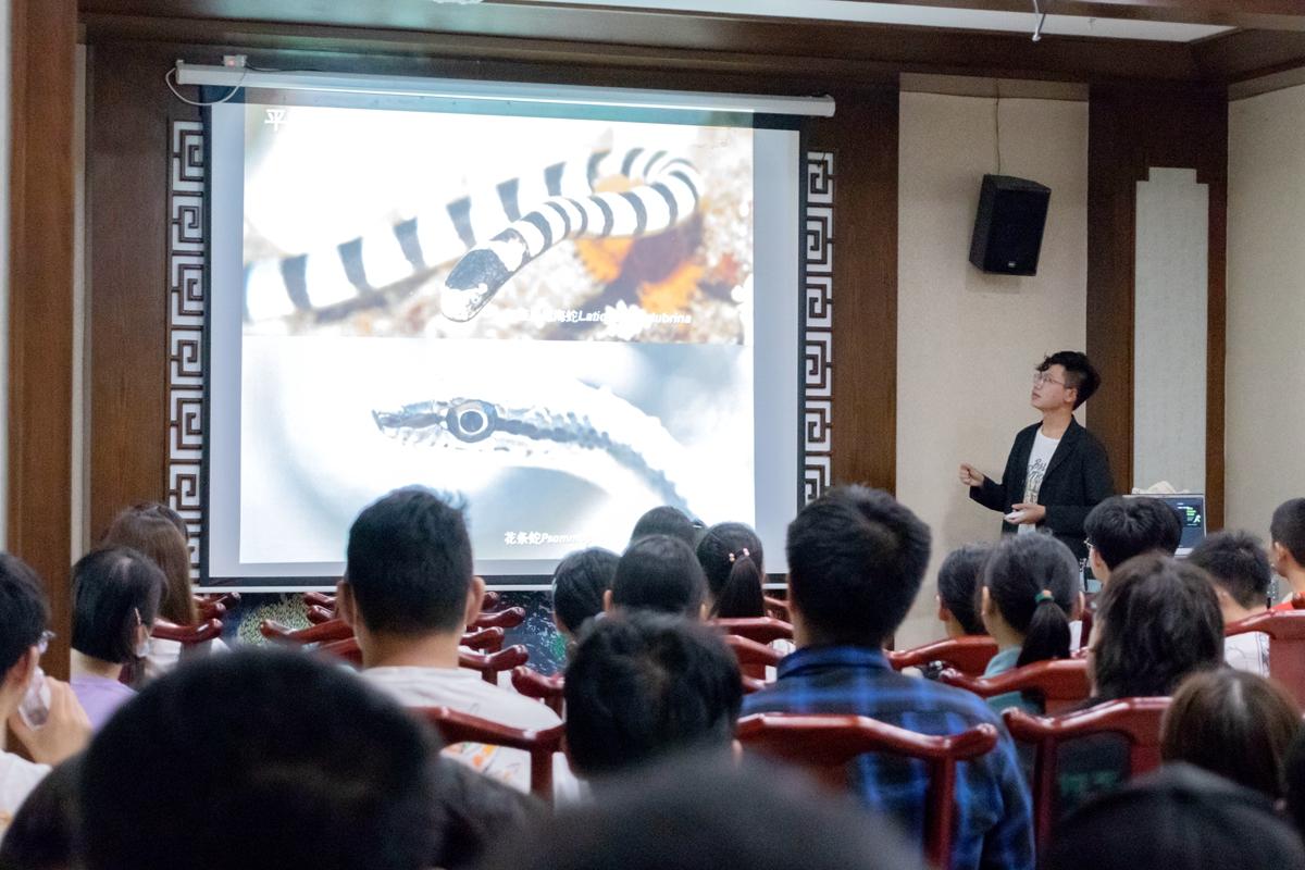 生科1904班李茂良同学正在为观众介绍蛇的类别【学通社记者 周丹丹 摄】_副本