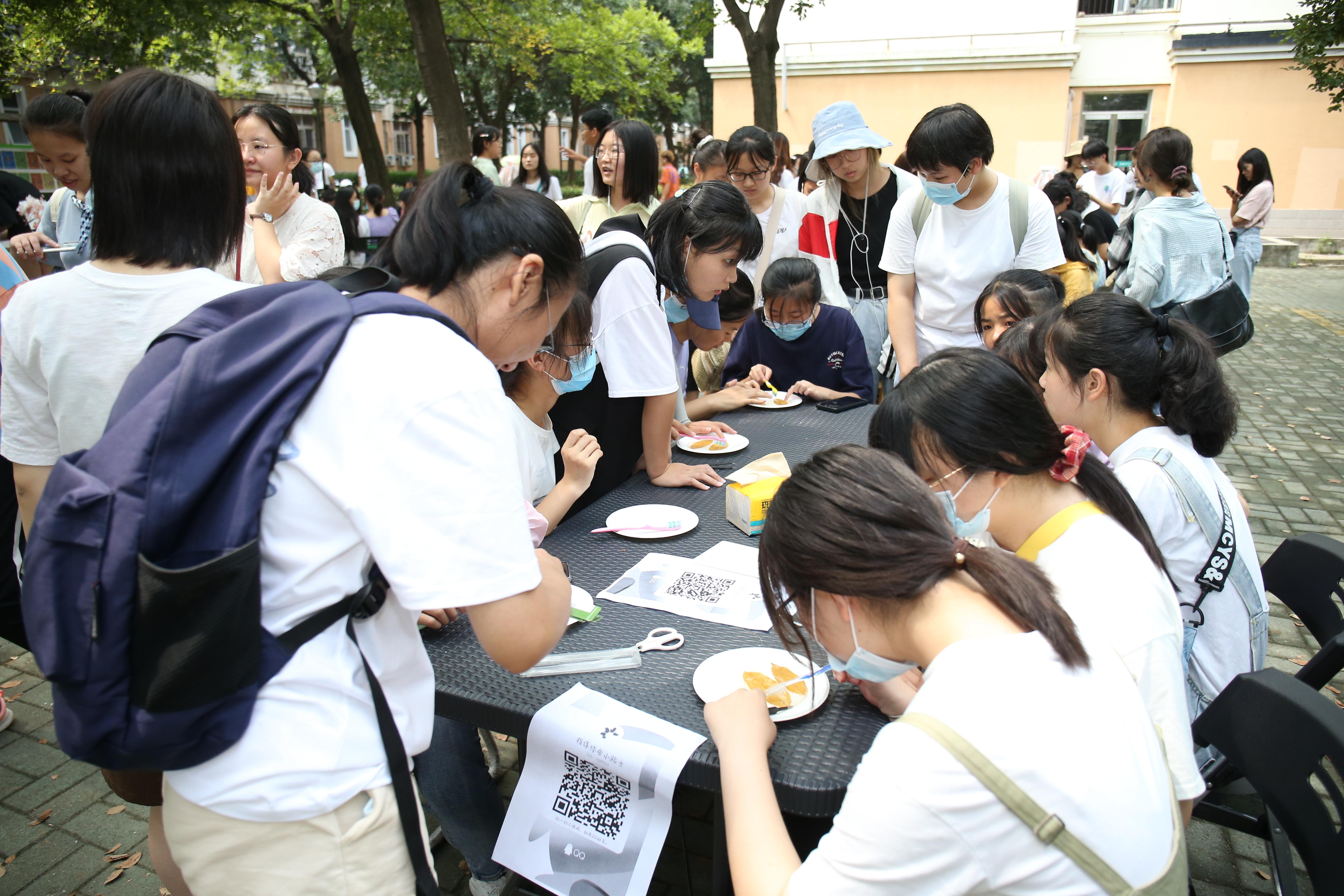 同学们用牙刷刷掉叶肉,制作叶脉书签(张东 摄)