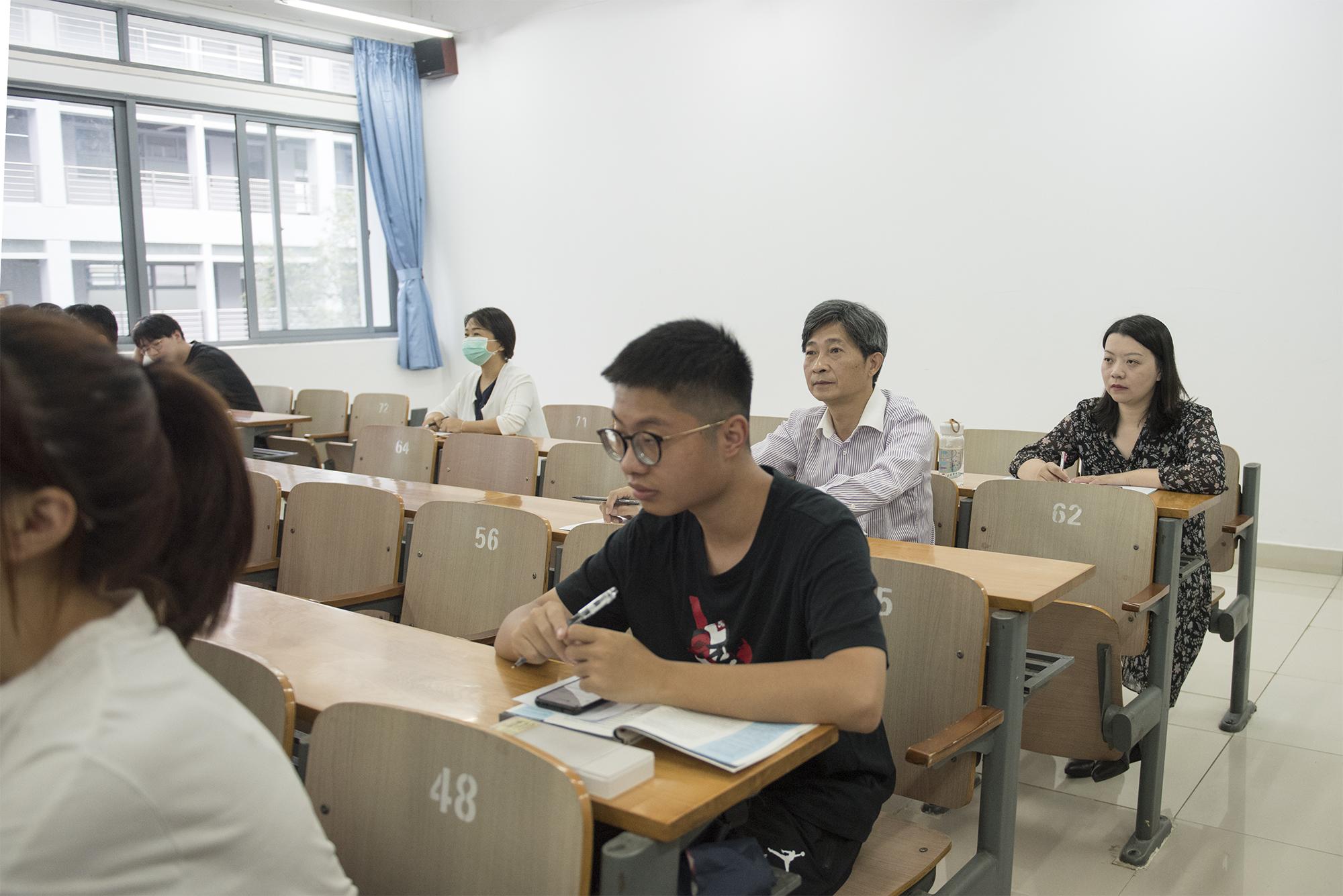 校党委书记高翅在三教C301听取《毛泽东思想和中国特色社会主义理论体系概论》课程(记者 刘涛 摄)