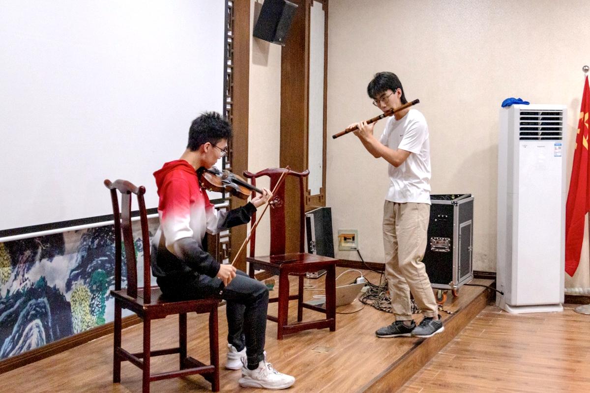 乐友交流会上李泽巍和其同伴展示歌曲《Despasito》_副本