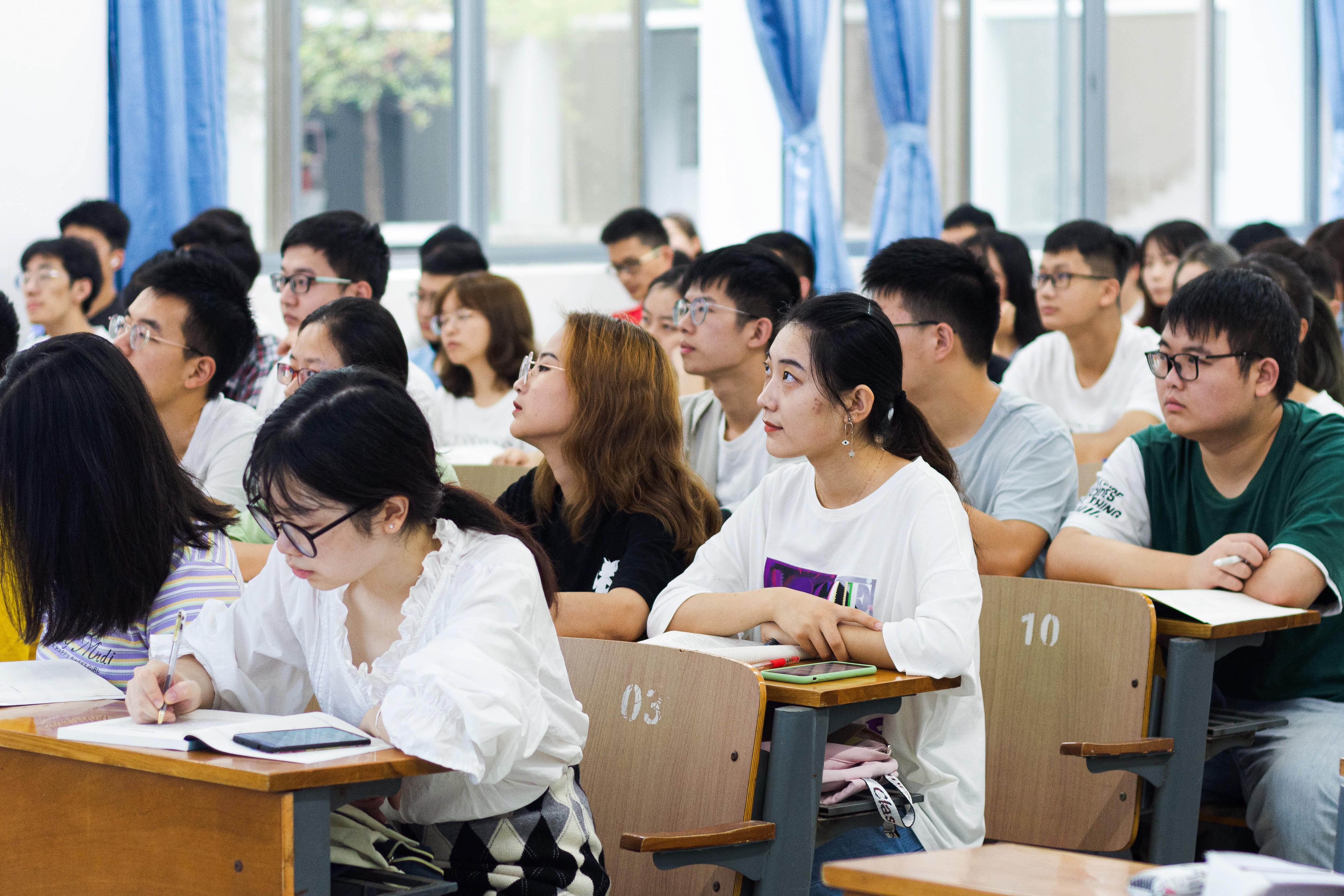 同学们正在聚精会神地听老师讲授开学第一课(彭雨格 摄)