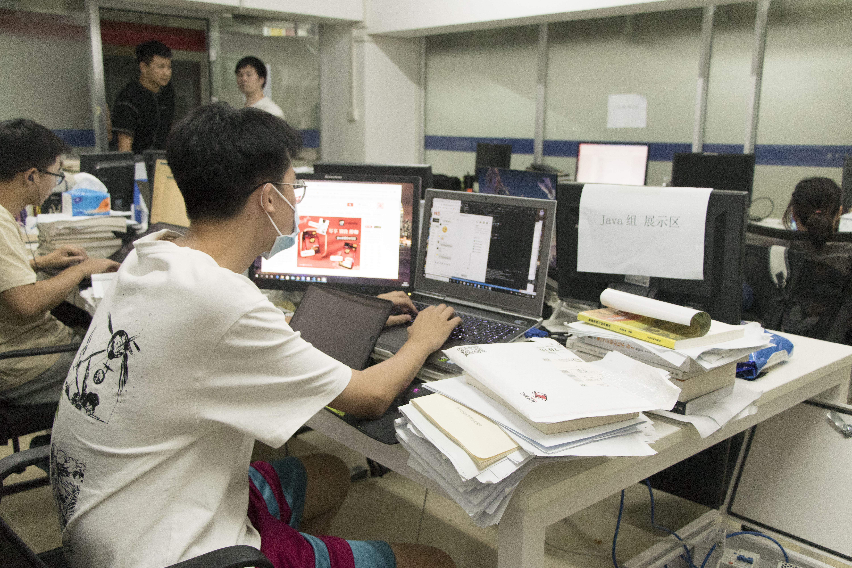 沸点工作室成员正在工作(学通社记者 卢逸轩 摄)