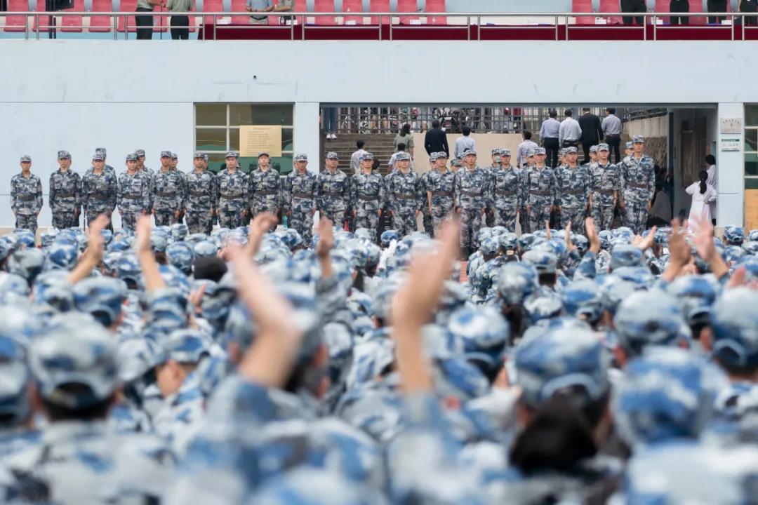 毕业典礼后,同学们鼓掌欢送教官(刘博文 摄)