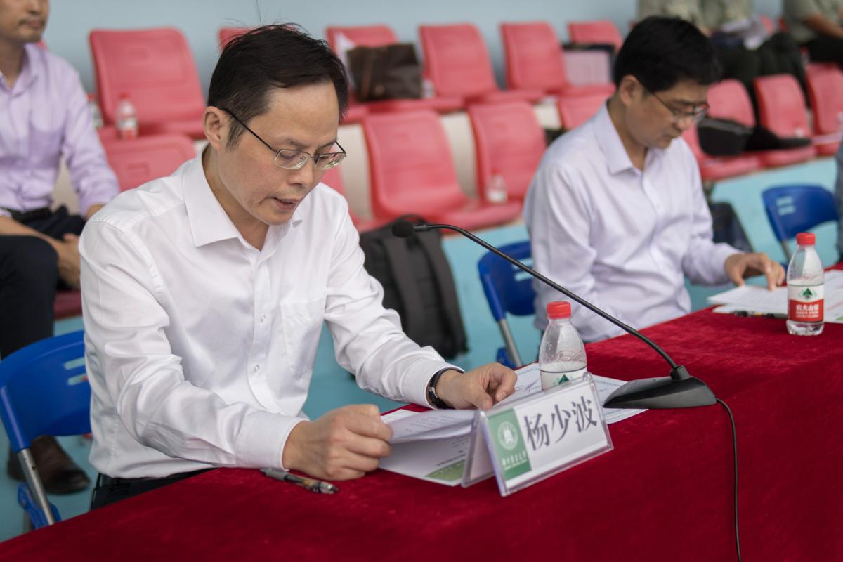 副校长杨少波宣读奖项(学通社记者 张晨夕 摄)