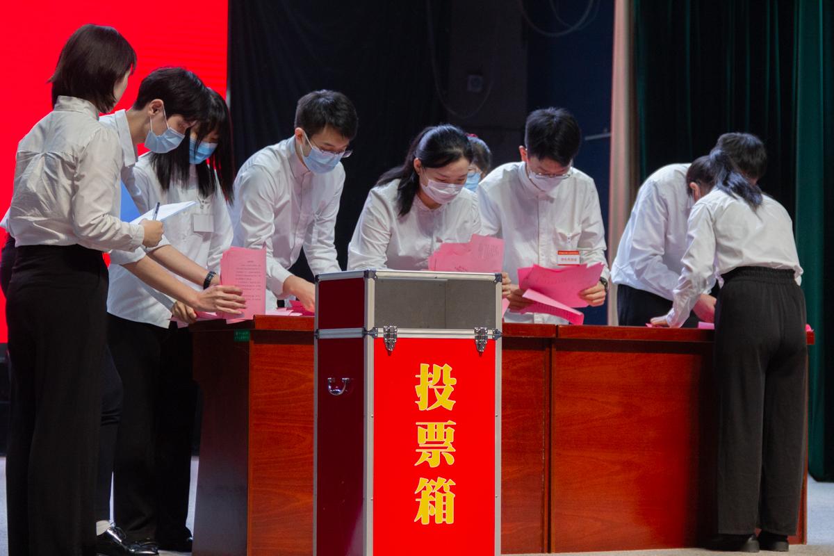 投票选举学生会主席团(郑劭文 摄)