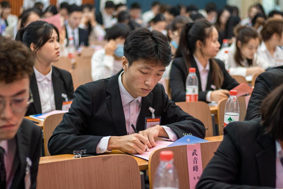 参会代表在认真填写选票(何子沐 摄)