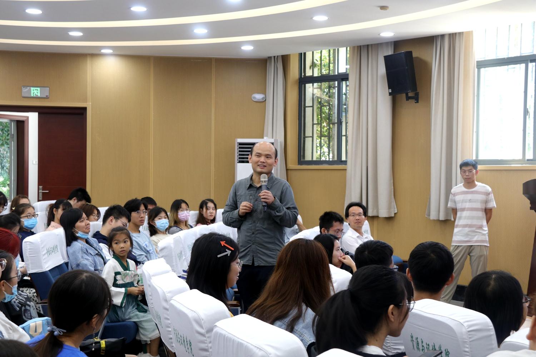 冯江在与同学进行交流(刘嫒桦)