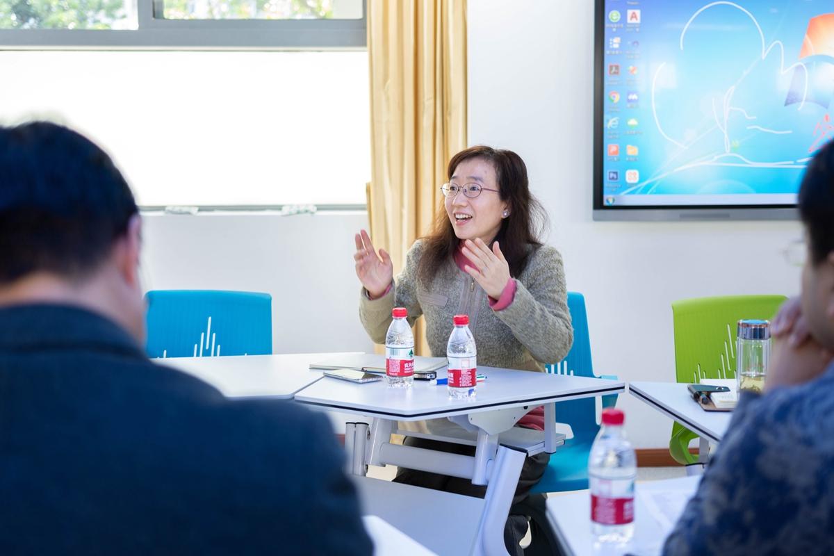 李惠惠老师分享本身使用智慧教室的心得感受并提出相关的意见与建议(彭雨格 摄)_副本