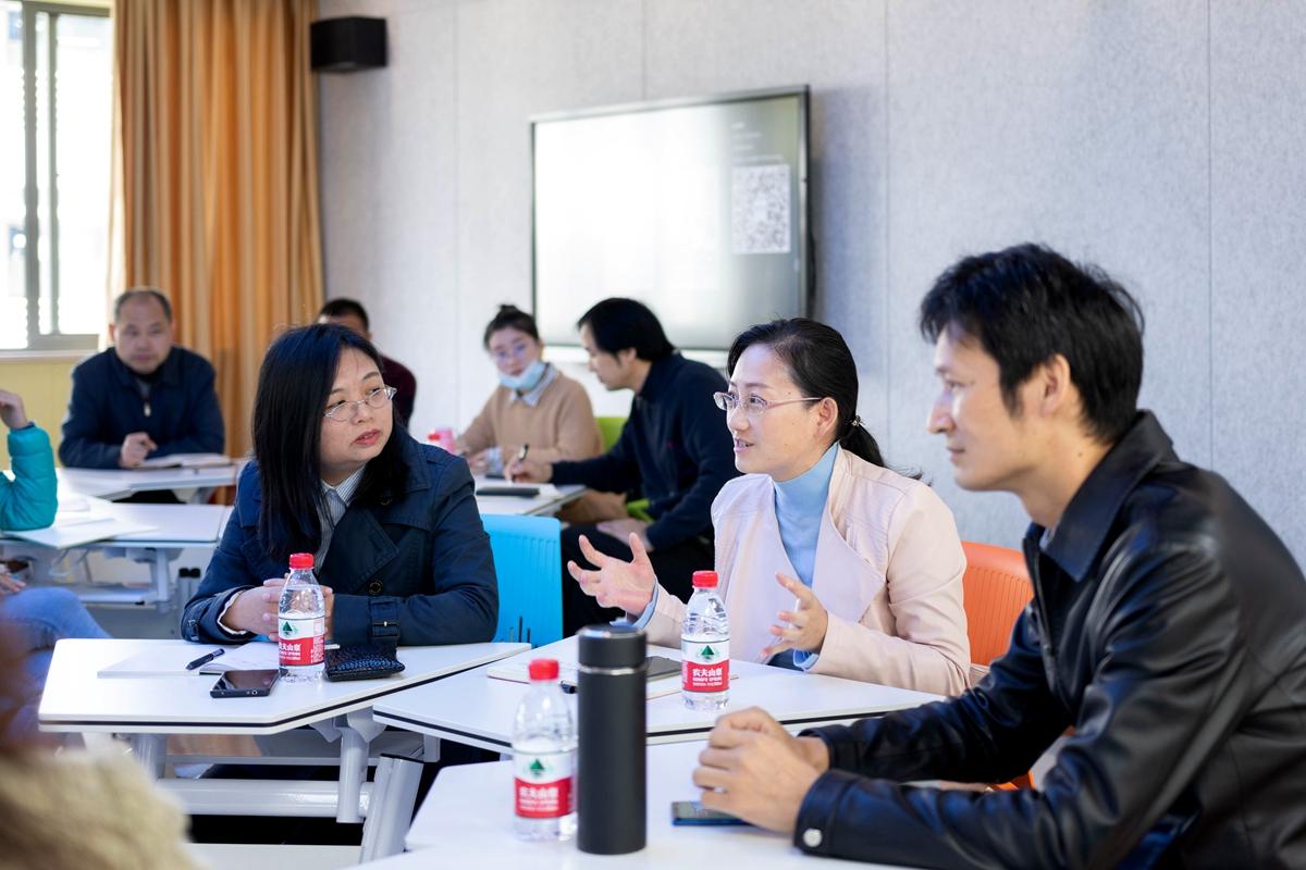 刘丽亚老师分享本身使用智慧教室的心得感受并提出相关的意见与建议(彭雨格 摄) (1)_副本