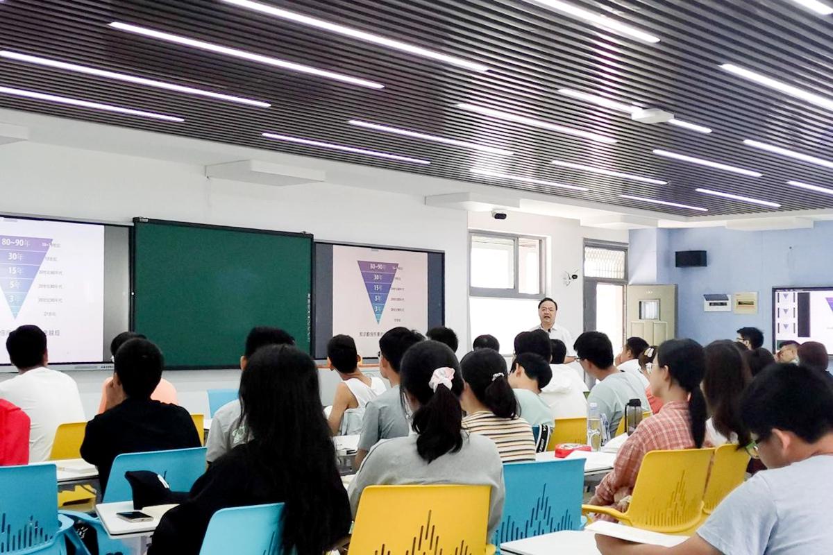 王运老师正在上大学化学(杨正莲 摄)