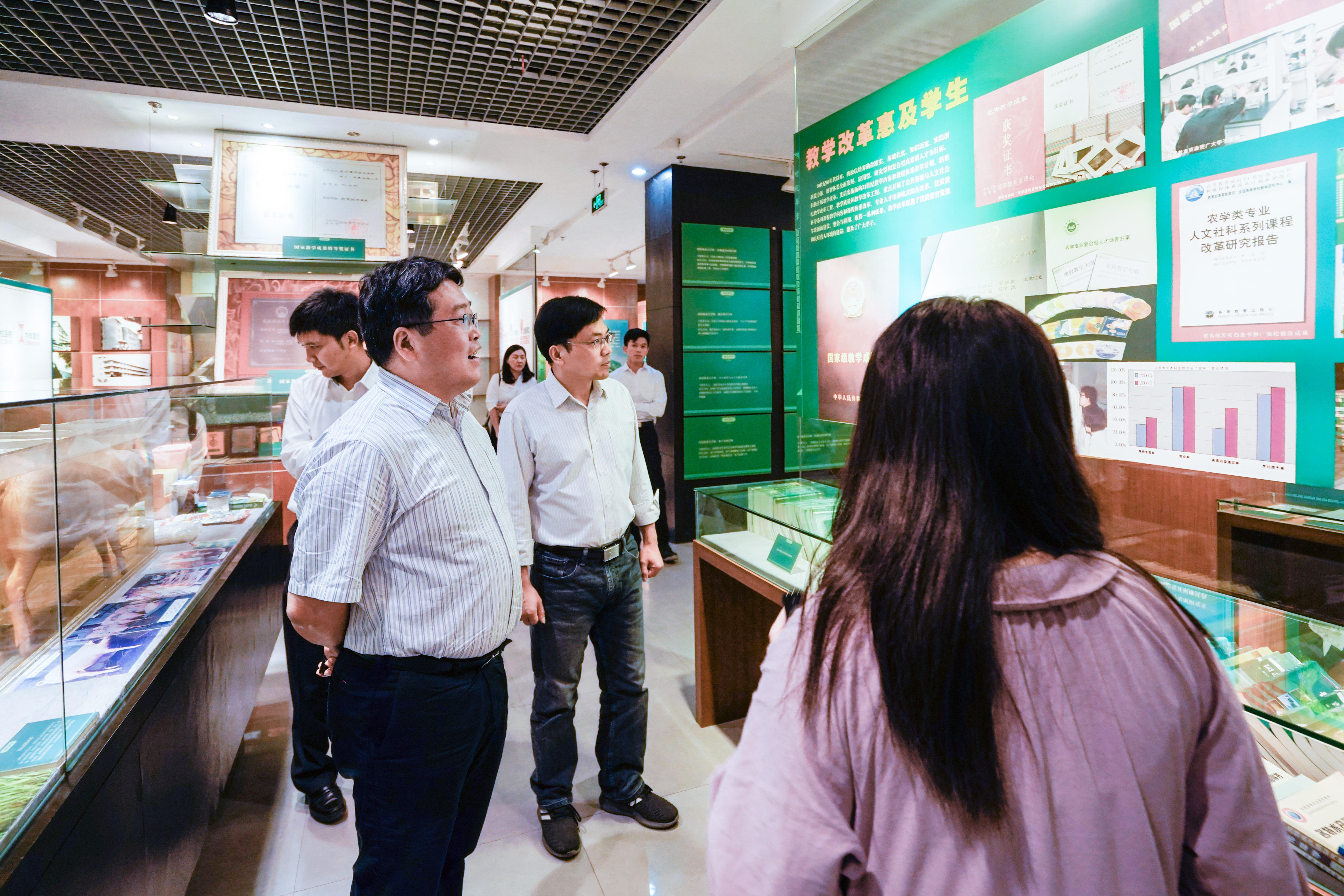我校镇志勇与刘海平一行聆听学生讲解员对于校史馆的讲解 (学通社记者  杨宇轩 摄)