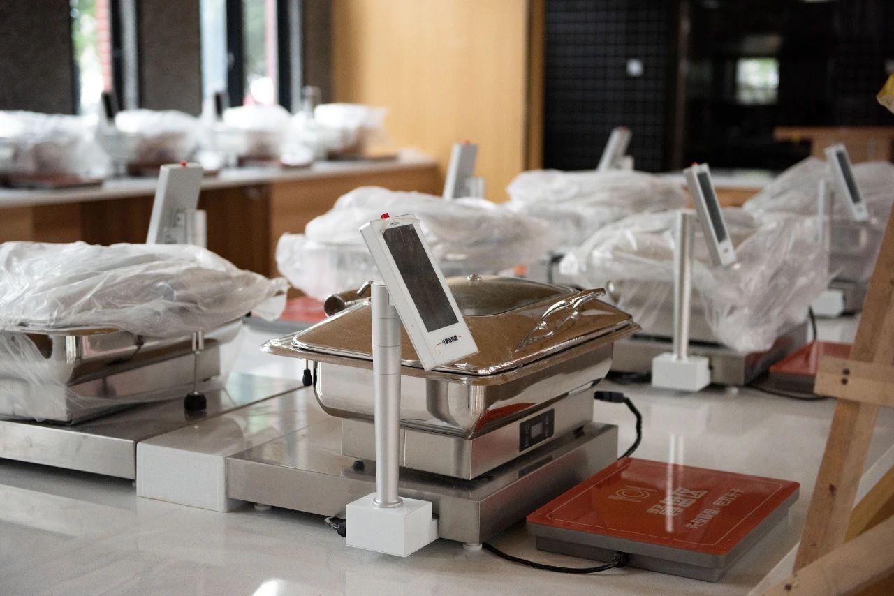 """桃园食堂一楼""""智慧食堂""""的自助称量器械即将启用(段智为 摄)"""