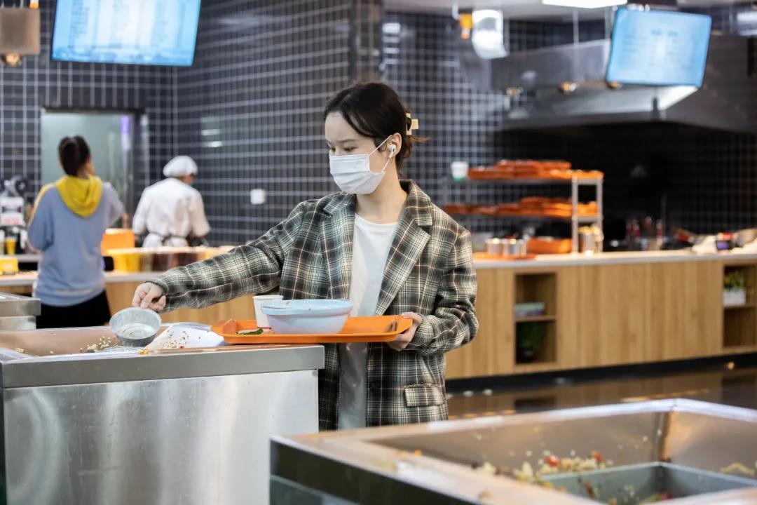 用餐完毕自觉收拾碗筷已经成为华中农大师生共同的习惯(谢焱 摄)