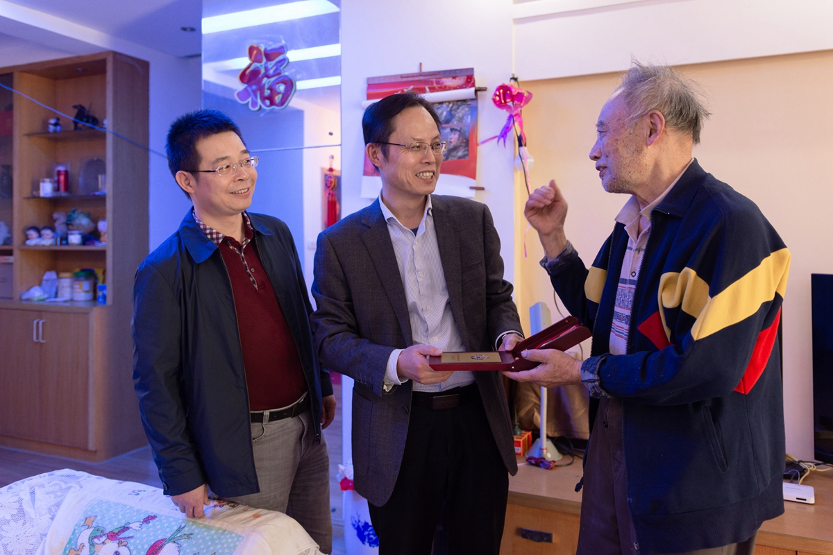 杨少波为王功大颁授纪念章(彭雨格 摄)