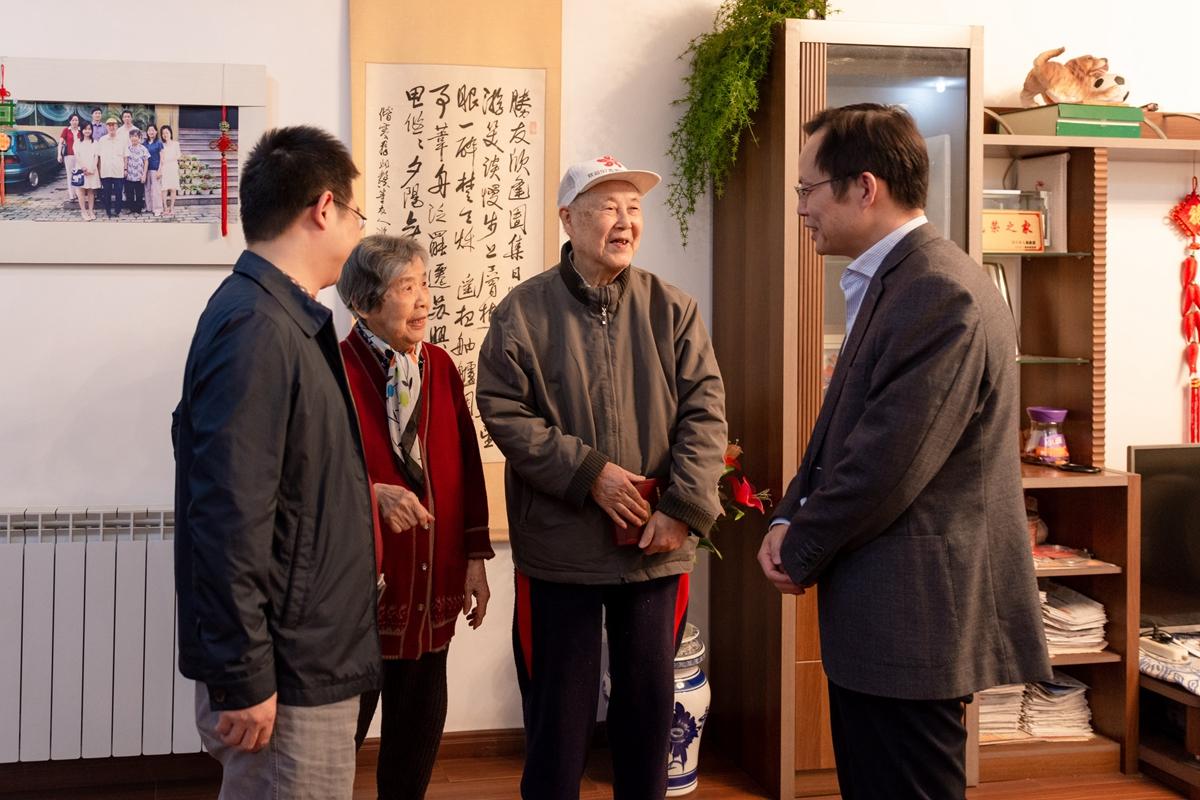 杨少波与陈国瑞亲切交谈(彭雨格 摄)