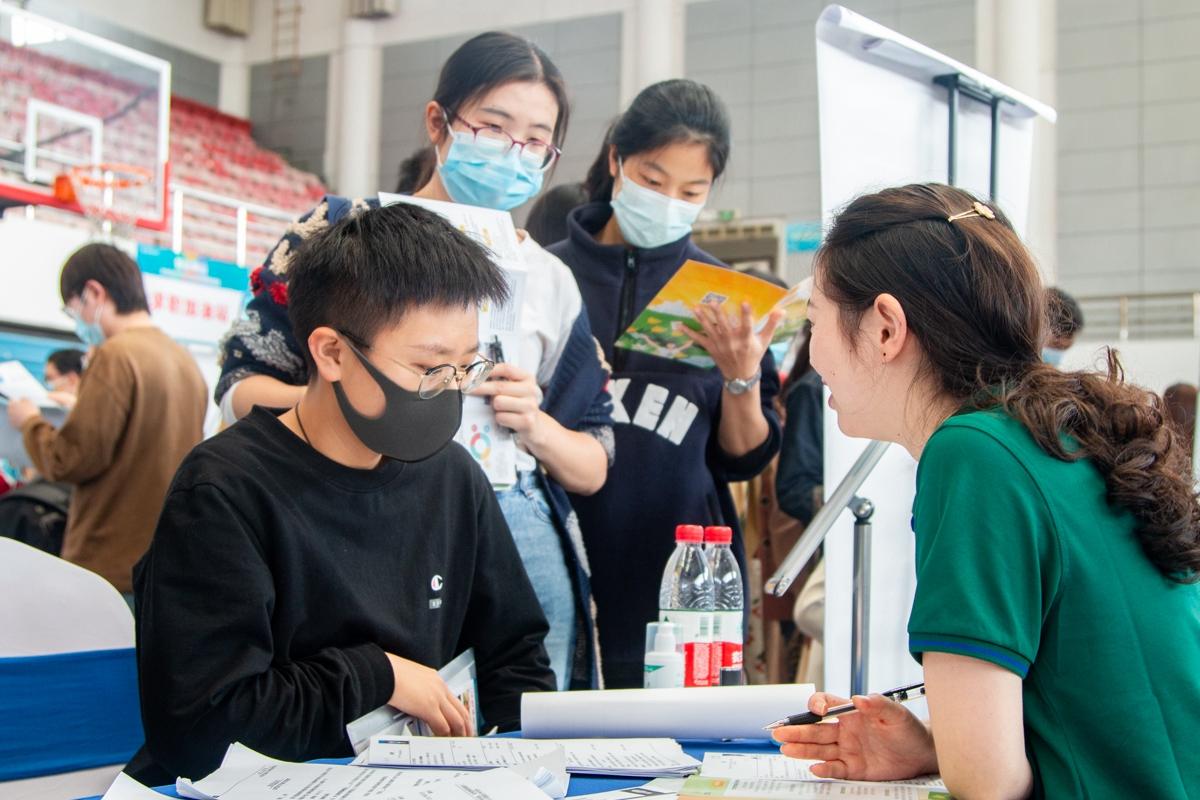 企业HR和学生交流(学通社记者 朱亿 摄)