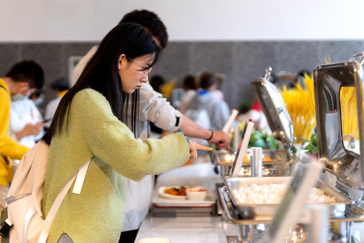 同学正在浏览显示器上的菜品信息(学通社记者 刘博文 摄)_副本