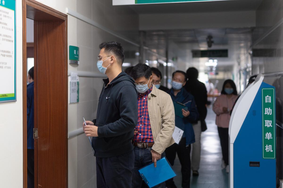 排队等候进行眼科检测的教职工(学通社记者 刘博文 摄)
