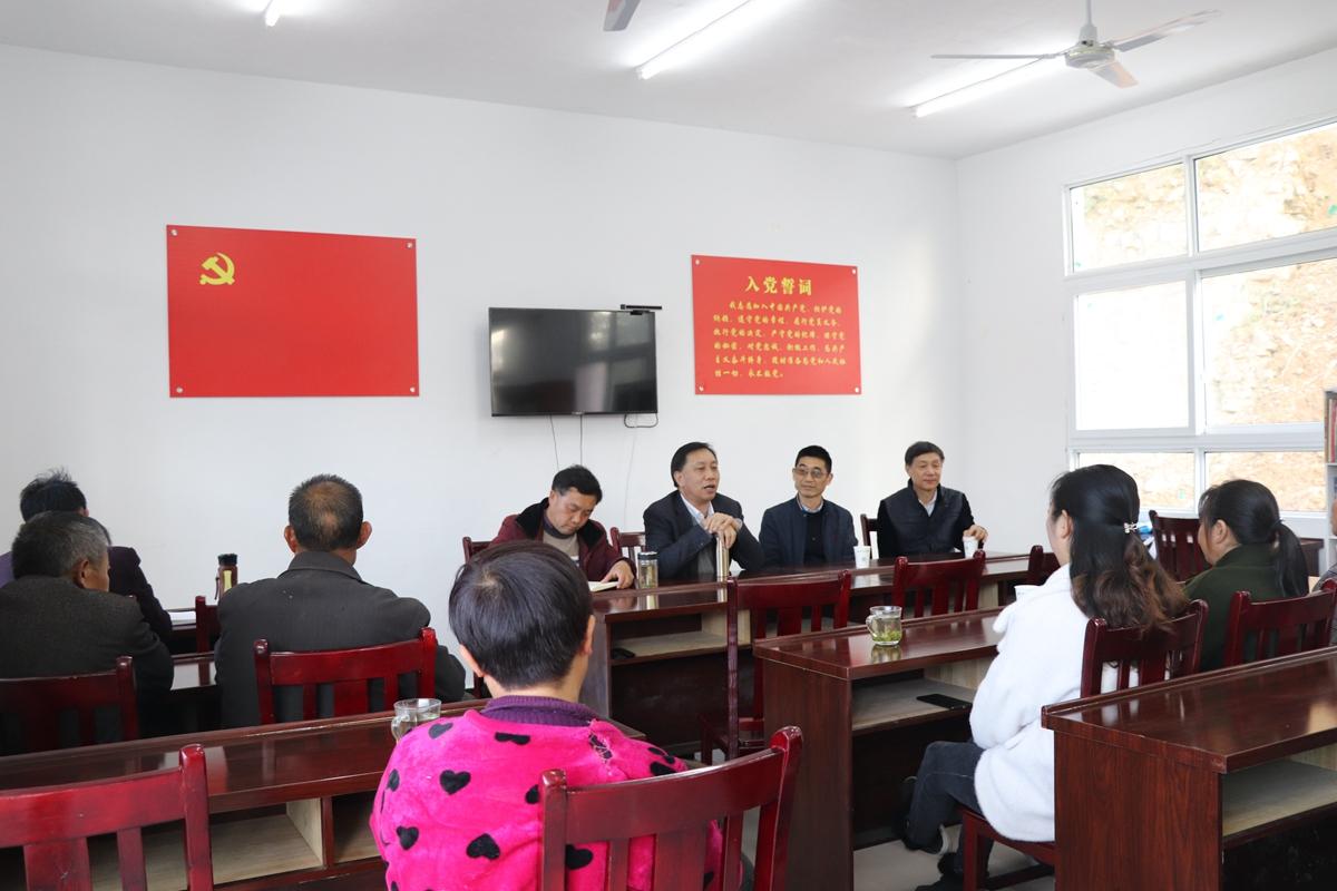 学院一行与村支两委及种植户、党员代表进行交流