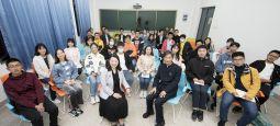 """校党委书记高翅和新生""""共话大学"""""""