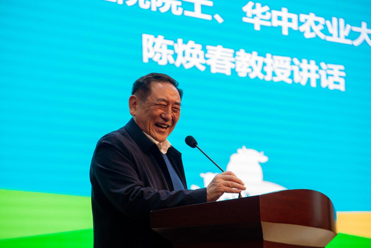 中国工程院院士陈焕春讲话(学通社记者 常钊 摄)