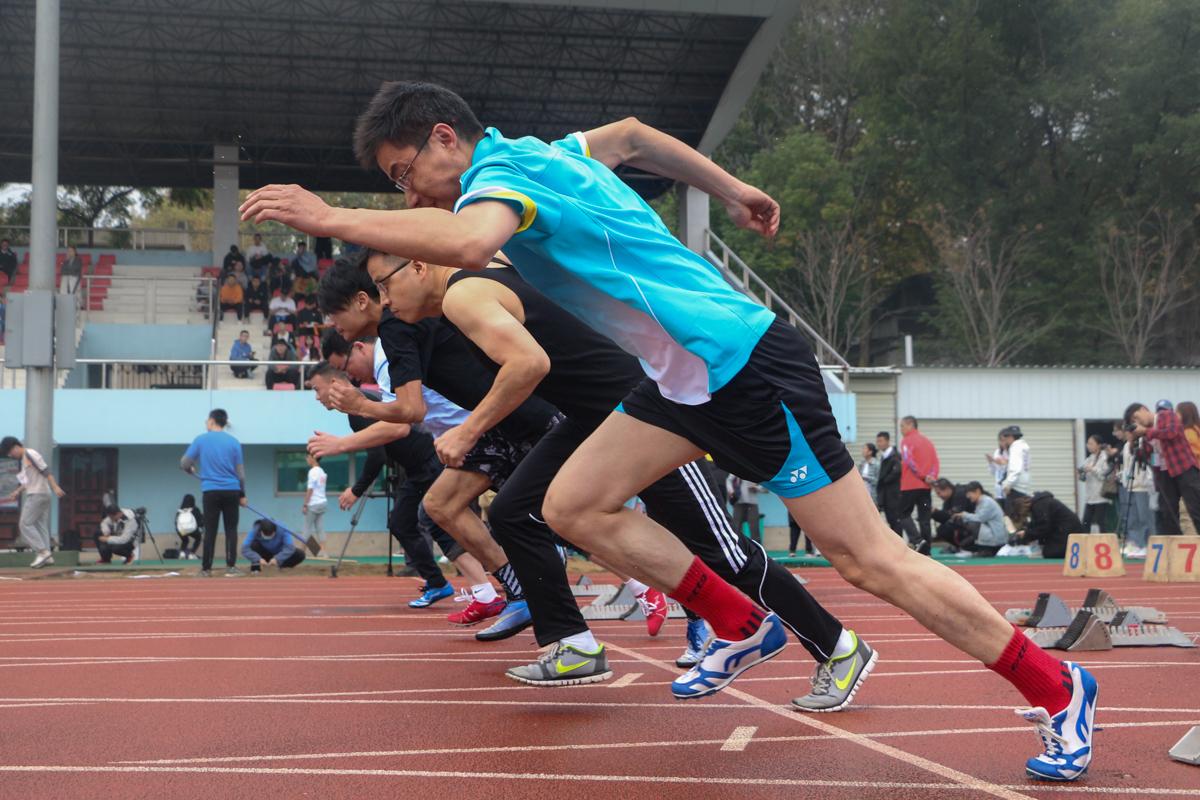 教男100米预赛中男老师们奋力奔跑 通讯员 刘静漪 摄
