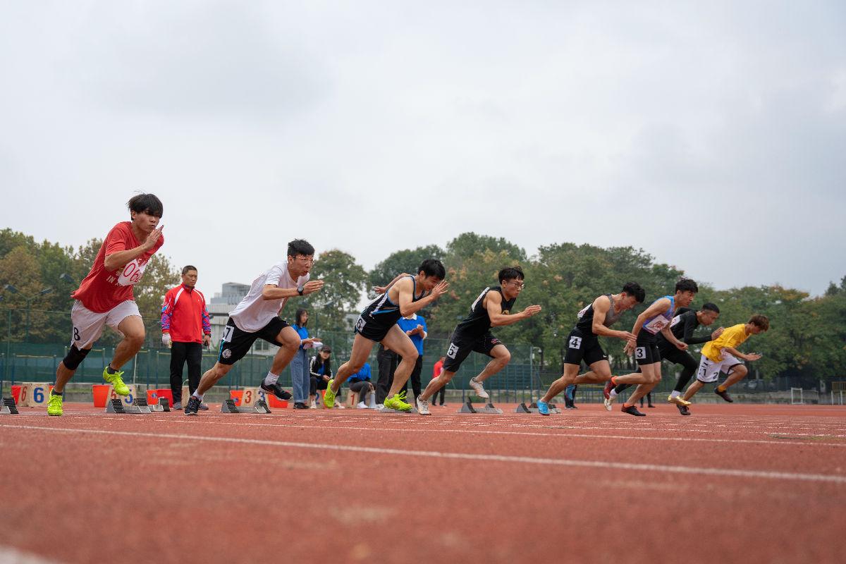 <p><p>男子100米起跑(学通社记者 杨宇轩 摄)</p></p>