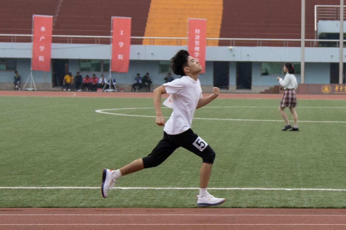 男子100米决赛(学通社记者 侯稼彤 摄)