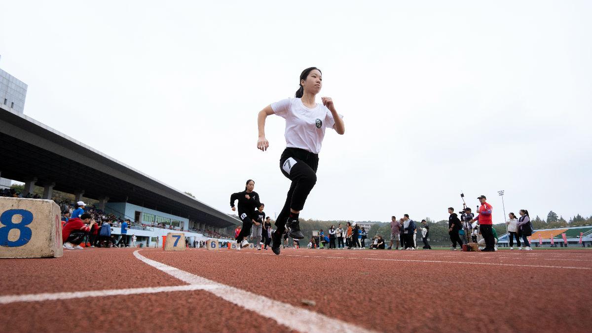 女子3000米蔡梦倩起跑(学通社记者 刘博文 摄)