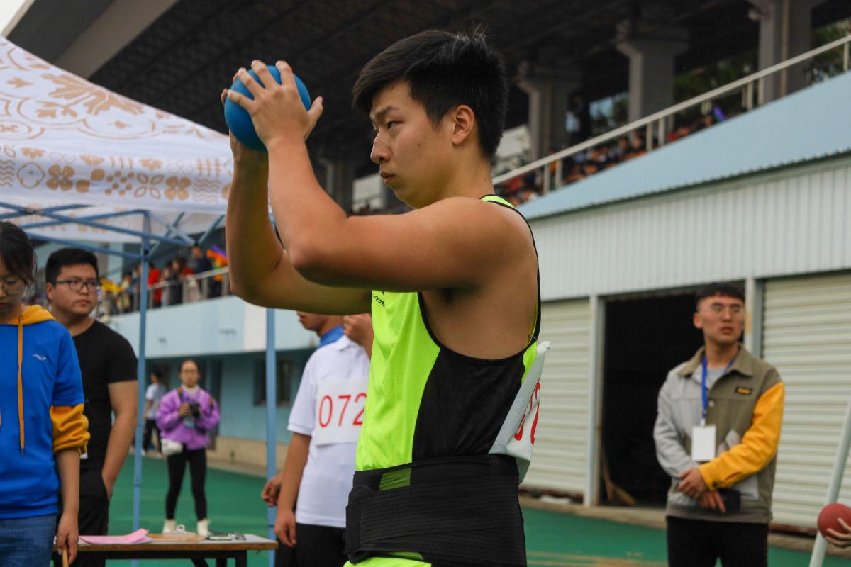 李梓豪同学男子实心球比赛现场(学通社记者 谢焱摄)