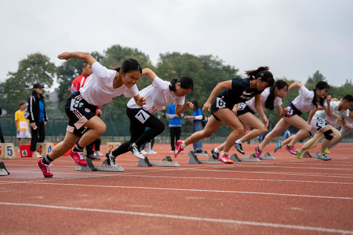 女子100米起跑(学通社记者 杨宇轩 摄)