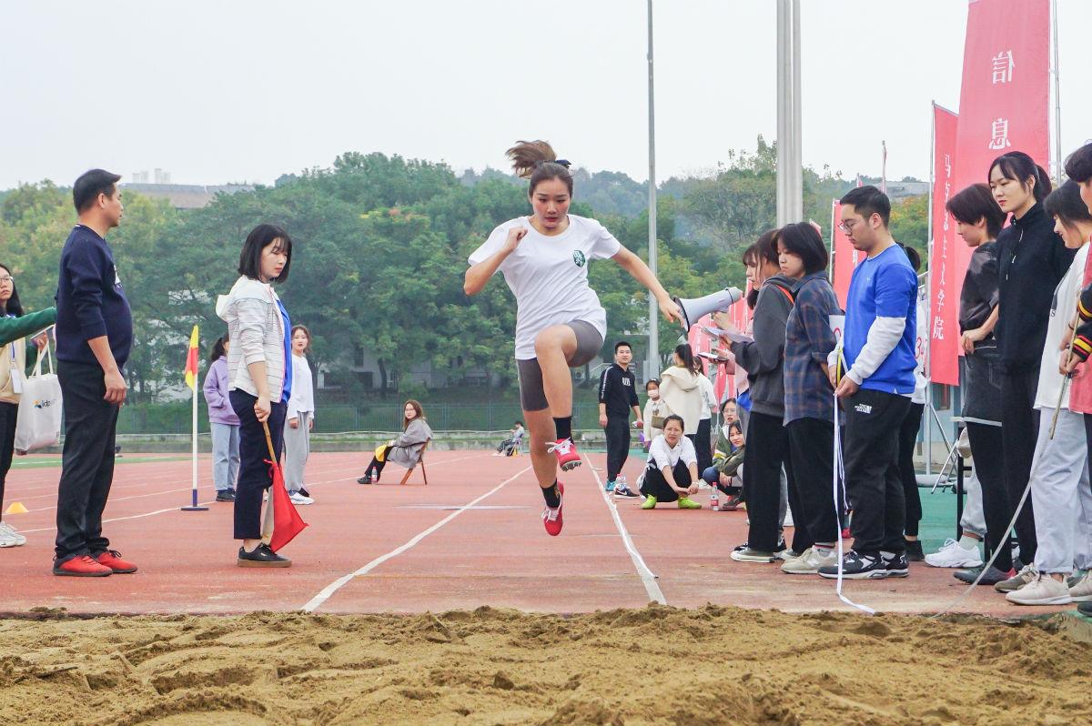 运动员从沙坑上方越过(学通社记者 汪梓言 摄)