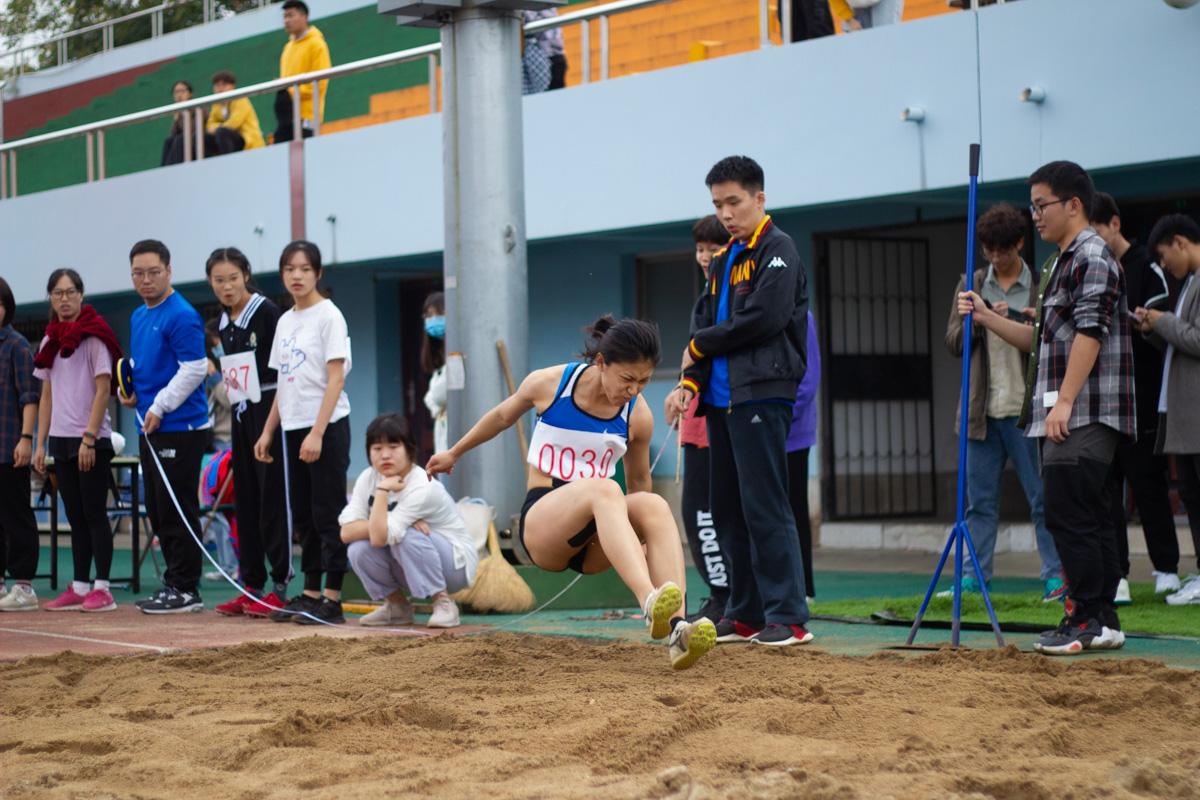 运动会女子三级跳远运动员落地瞬间(学通社记者 梁钰琪  摄)
